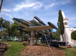 Prefeitura e Força Aérea Brasileira instalam avião Xavante em praça do Município